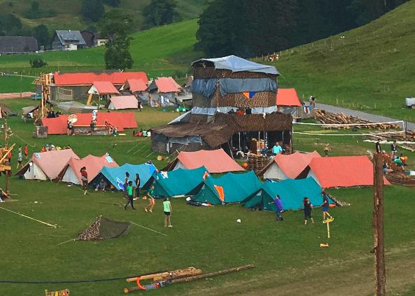 Zeltlager mit Zelten zur Reparatur