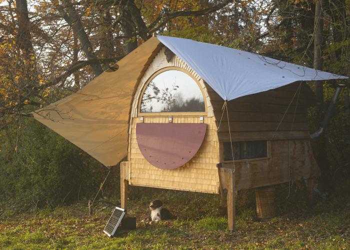 sondergefertigtes Sonnensegel vor Holzhaus